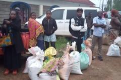 Familier som venter på fordelingen av matvarer